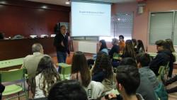 El professor Xavier Vilella durant la seva conferència a l'Institut Josep Vallverdú