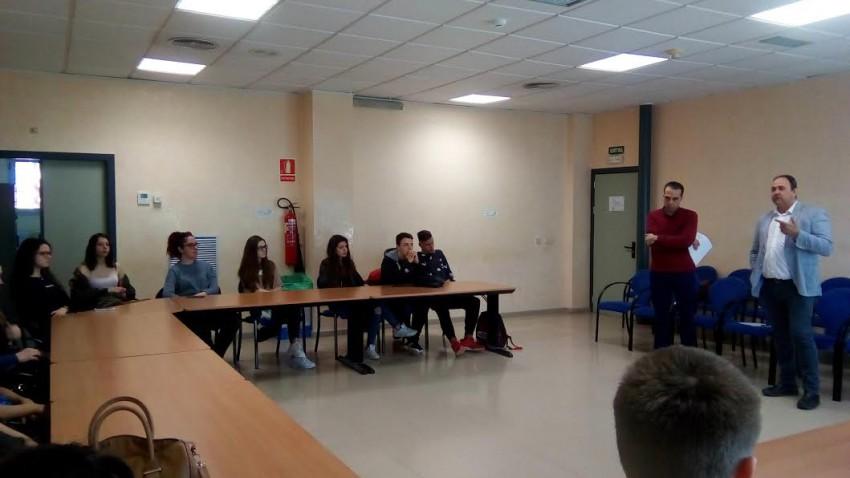 El grup d'alumnes de l'institut a la sala de plens del Consell Comarcal atenent les explicació del seu president i del seu gerent