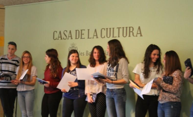 El lliurament de diplomes als participants al Certamen de Lectura en Veu Alta