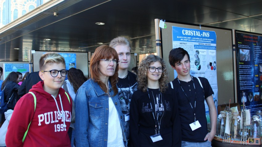 Un grup d'alumnes participants en el projecte, amb la professora Montse Solé, en el moment de recollir el premi