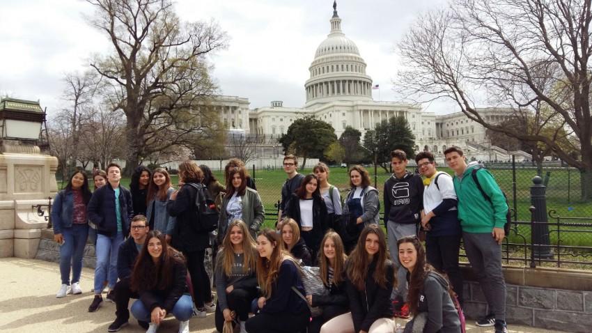 Els alumnes participants a l'intercanvi davant del Capitoli, a Washington DC