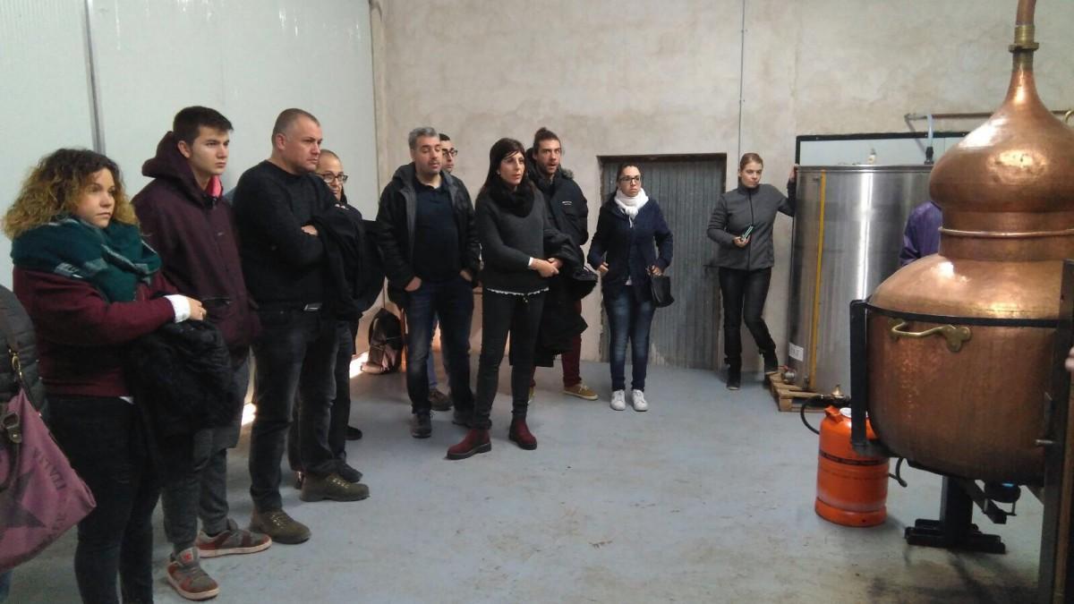 Un moment de la visita dels alumnes a la destil·leria de Fulleda