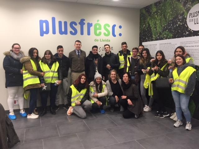 El grup d'alumnes de Gestió Administrativa durant la seva visita a Plusfresc