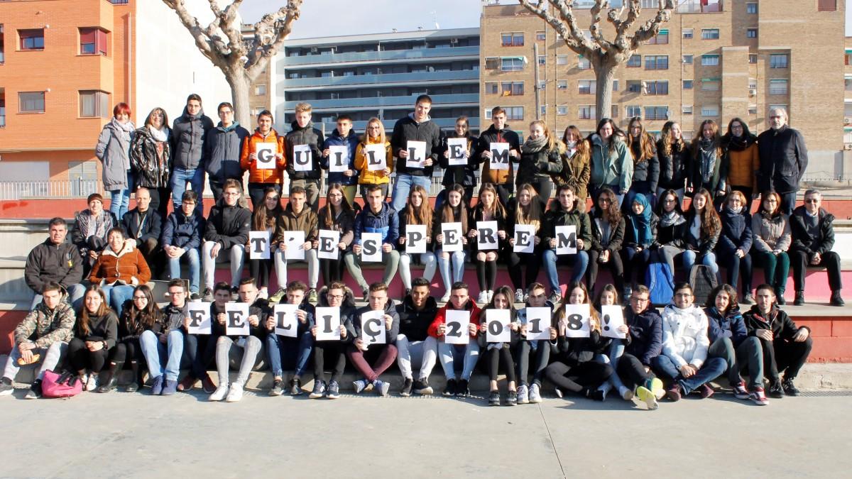 Foto de família d'alumnes i professors de 2n de batxillerat per enviar un missatge d'ànim al Guillem Capdevila